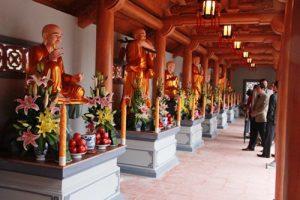 Các pho tượng phật bên trong chùa Hoằng Phúc